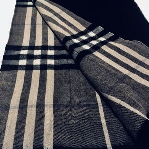Burberry Accessories - BURBERRY ST. HELEN REVERSIBLE POCKET STOLE